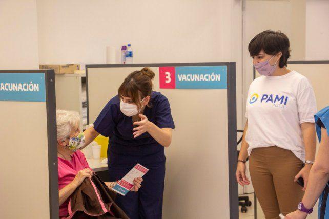 La vacunación a jubiladas y jubilados comenzó este jueves en todo el país.