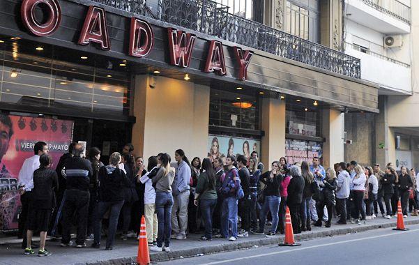 Larga fila. Las fanáticas se apostaron desde la media tarde frente al Broadway. (Foto: G. de los Ríos)