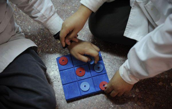 Los chicos que tienen jornada ampliada permanecen dos horas más en la escuela: el aprendizaje adquiere tonos más lúdicos y expresivos o