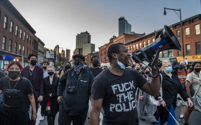 Manifestantes marchan por Flatbush Avenue en el distrito de Brooklyn de Nueva York. El ex oficial de policía de Minneapolis Derek Chauvin fue condenado por asesinato y homicidio involuntario en la muerte de George Floyd.
