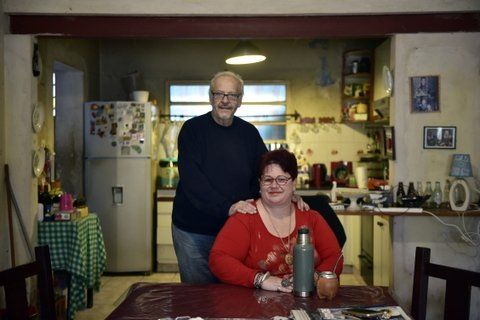 Eduardo Berbetoros y su esposa Mariela esperan a un joven de Damasco.