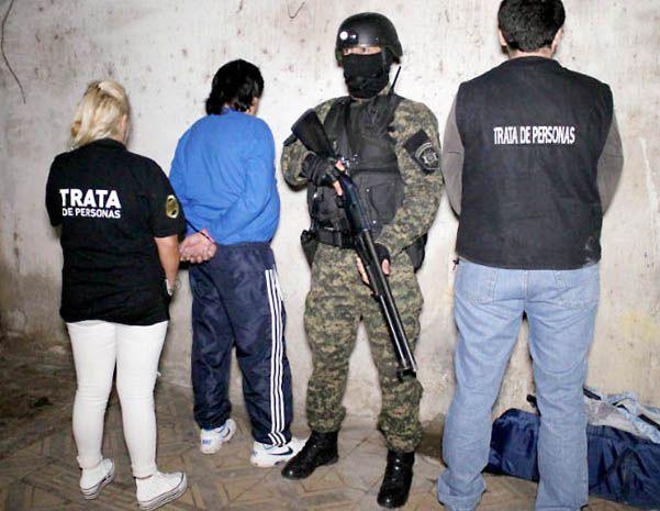 Operativo. El momento en que personal policial realizaba las detenciones.