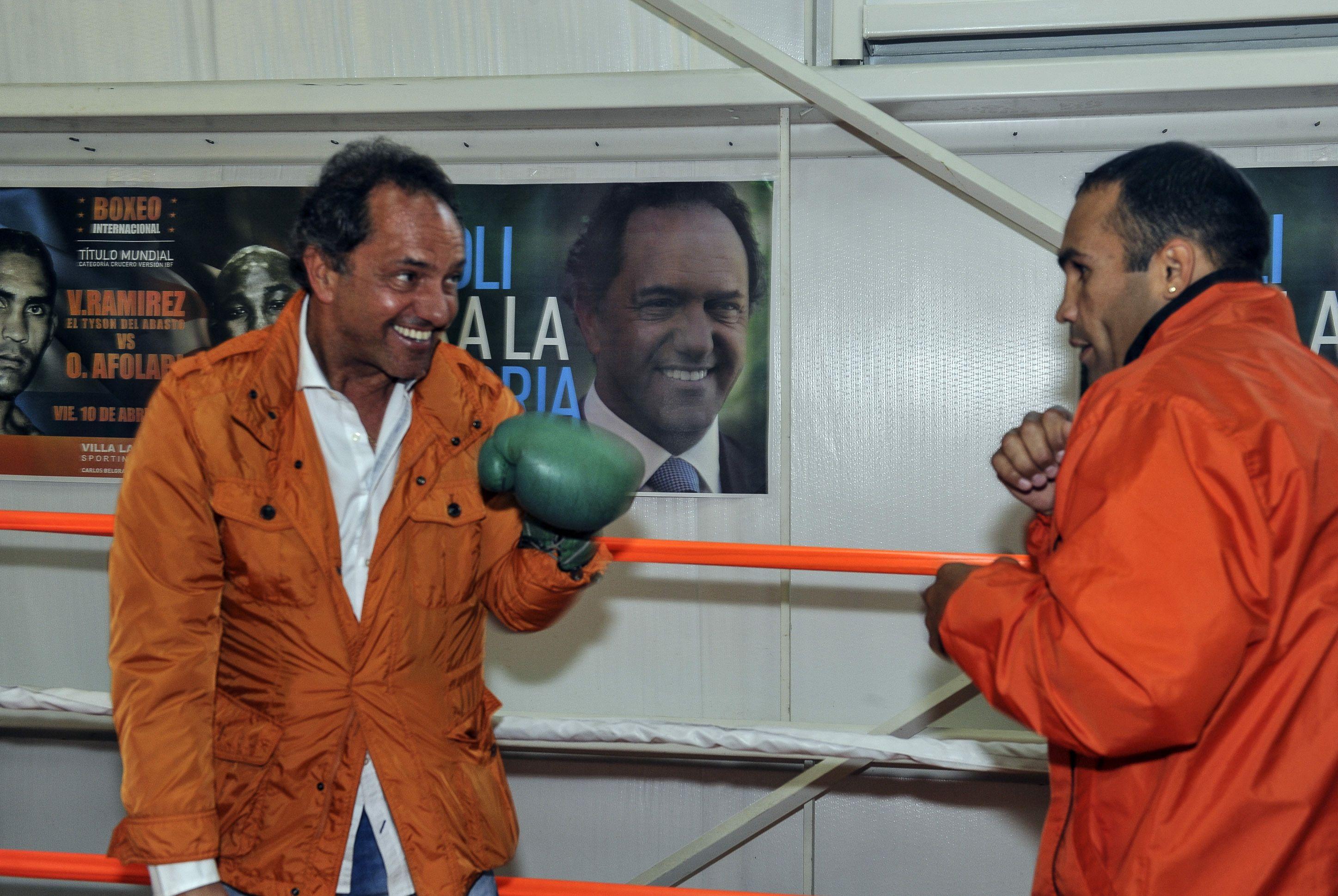 al ring. Scioli visitó al boxeador Víctor Ramírez
