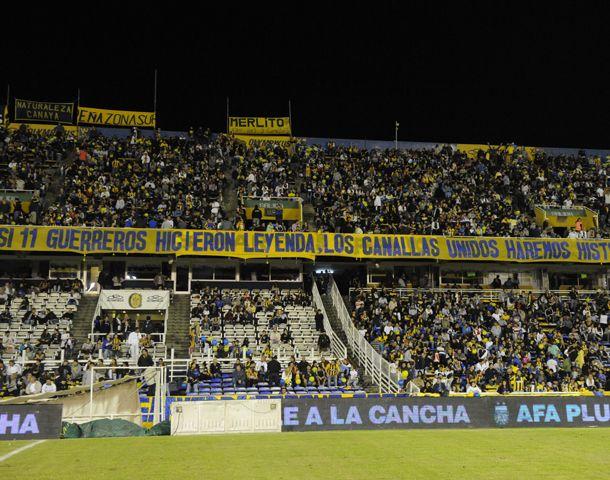 Arriba del palco oficial se colgó una bandera que la comisión directiva les dedicó a los futbolistas que ganaron el clásico en cancha de Ñuls. (Foto: G. de los Ríos)