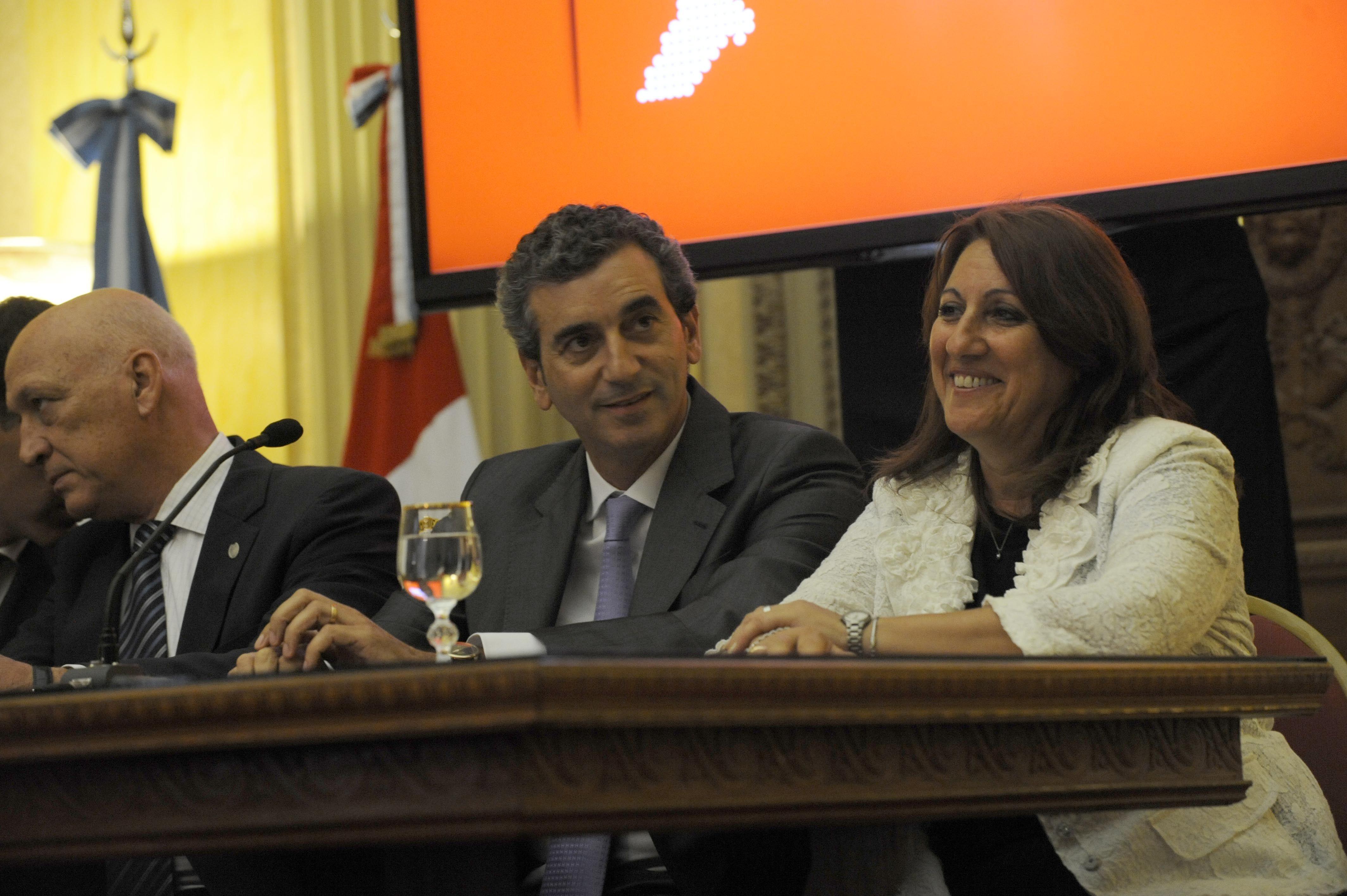 La intendenta celebró el arribo del tren a Rosario. (Foto: N. Juncos)