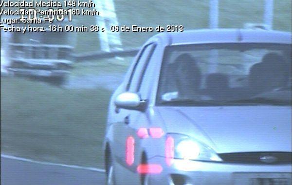 imágenes elocuentes. Un Ford circula a 148 kilómetros por hora en un tramo de la autopista donde la máxima es de 80 y un Renault llega a 173 kilómetros por hora: un bólido sobre el asfalto.