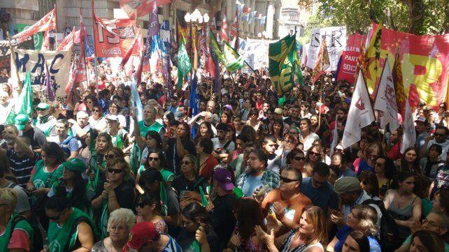 Protesta de gremios en la plaza San Martín