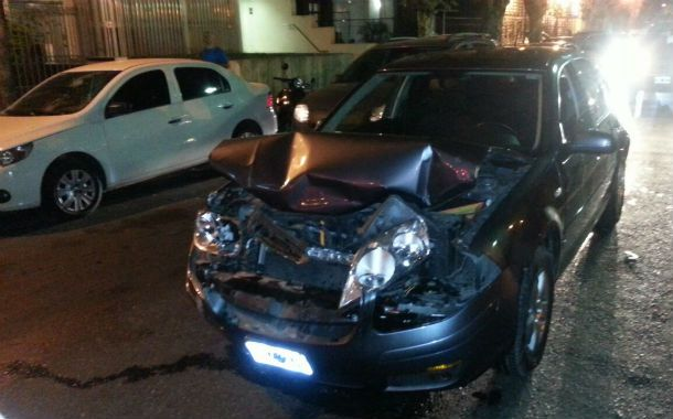 Así quedó el frente del Volkswagen Bora que conducía el viernes un muchacho que se subió al cantero central de bulevar Oroño.