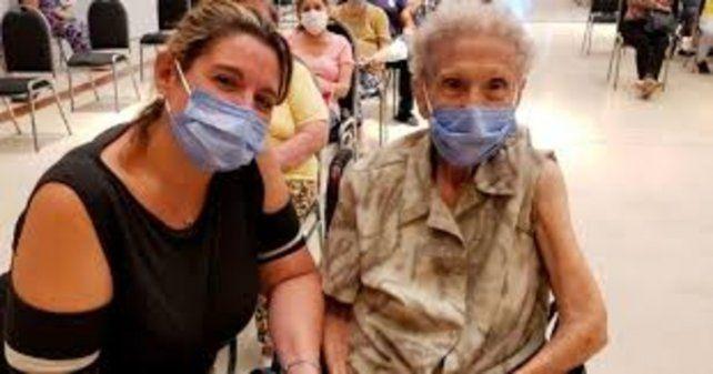 Elsa Pisani se vacunó contra el coronavirus en Córdoba y lo festejó tomando un Fernét con Coca.