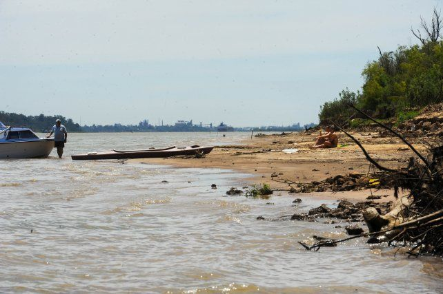 Entre las denuncias sobre la isla Los Mástiles se mencionan limitaciones al acceso público en algunos sectores.
