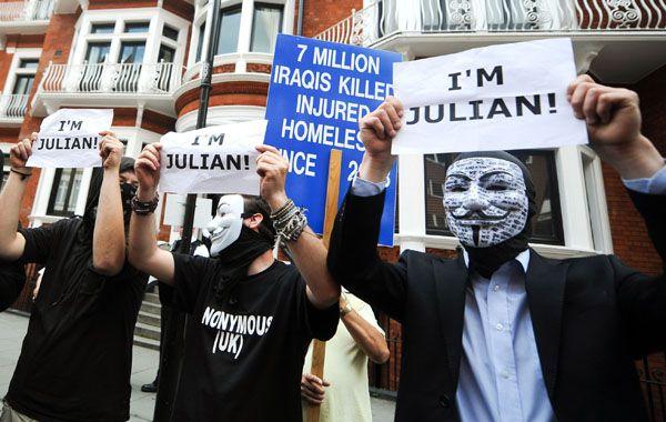 Anonymous expresa su apoyo a Assange frente a la legación donde se encuentra refugiado.