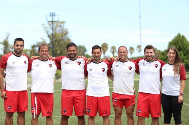 El cuerpo técnico de la reserva. Lucero está entre Fabián Garfagnoli y Federico Hernández