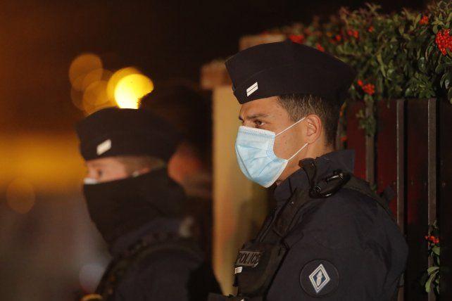 La policía francesa custodia el lugar del terrible asesinato.