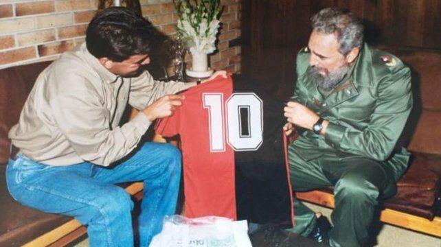 El momento en el que Castro aprecia el regalo enviado por Maradona.