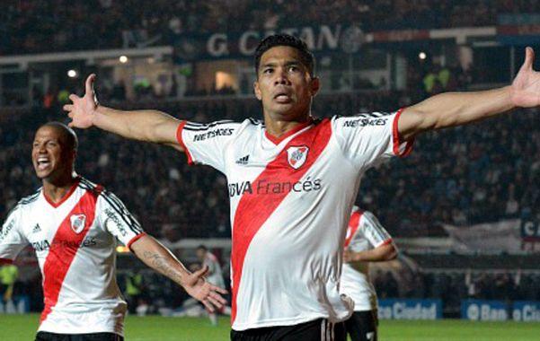 ¡Qué banda! El delantero colombiano celebra seguido por Carlos Sánchez.