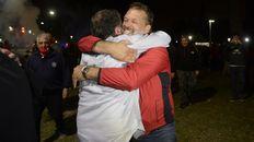 Dos ganadores. Astore y el abrazo con Concina, que le dio un respaldo fundamental.