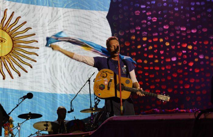 Vamos Argentina. El cantante Chris Martin creó un ambiente de gran cercanía con la gente que llenó el estadio.