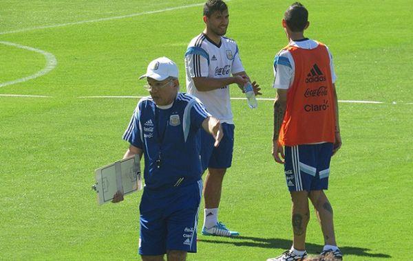 Di María y Agüero dialogan mientras el DT Alejandro Sabella da indicaciones.