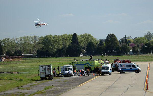 El personal del aeropuerto y los servicios de emergencia durante el simulacro de hoy. (foto: Leonardo Vincenti)