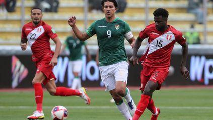 Bolivia y Perú se enfrentan en el estadio Hernando Siles de La Paz.