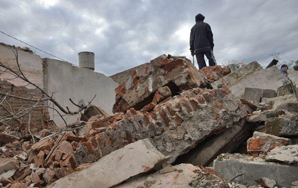 Ruinas. Un vecino camina sobre los restos de un búnker de drogas. Ayer denunciaron varios de estos reductos.