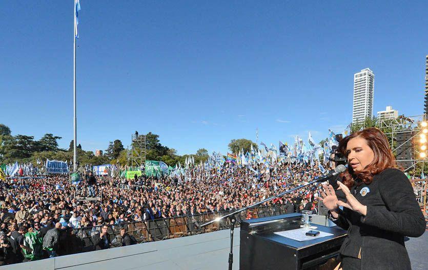 Cristina Kirchner aprovechó el acto en el Monumento para quejarse porque la Corte falló contra una ley.