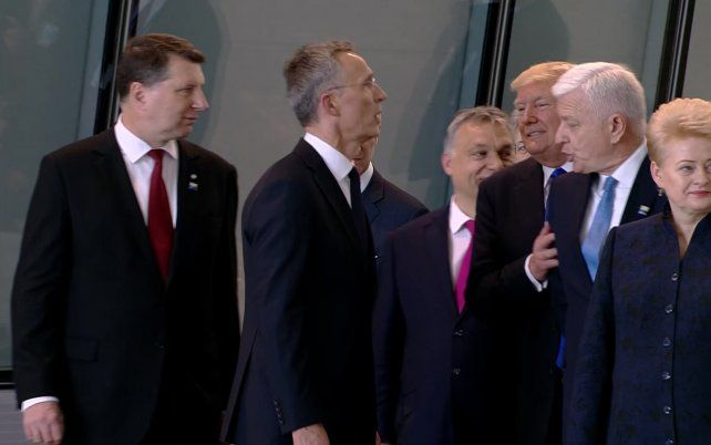 Abran paso. Trump y su insólita acción llamaron la atención de más de un observador.