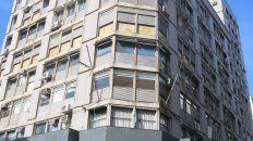 El histórico edificio Travella, en la esquina sudoeste de Sarmiento y Córdoba. Debajo el local que bajará sus persianas.