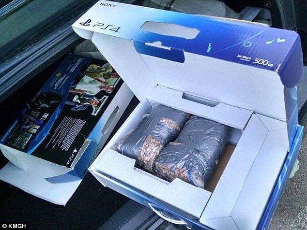 Compró una PlayStation 4 y al abrir la caja encontró que había una bolsa de piedras