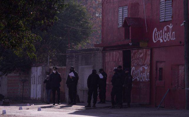 La distribuidora de Oscar Manco García otra vez en la mira. A su puertas el martes por la mañana dos hombres murieron baleados.