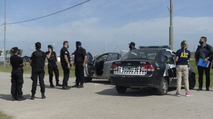 El cuerpo se hallaba maniatado dentro de un automóvil gris.