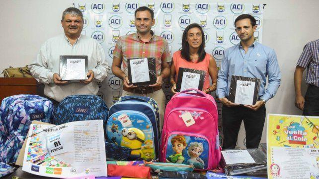 Volver a clases. El intendente Ricci y los responsables de la iniciativa presentaron los artículos ofertados.