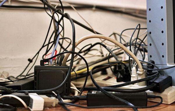 Peligro. La acumulación de cables es un factor de riesgo para los chicos.