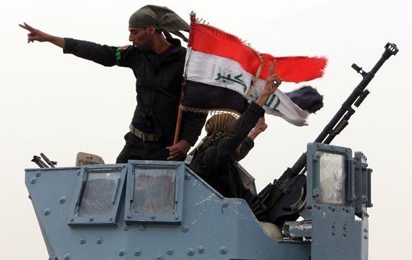 Fuego cruzado. Kurdos a bordo de un blindado celebran la reconquista de una localidad iraquí cercana a Mosul.