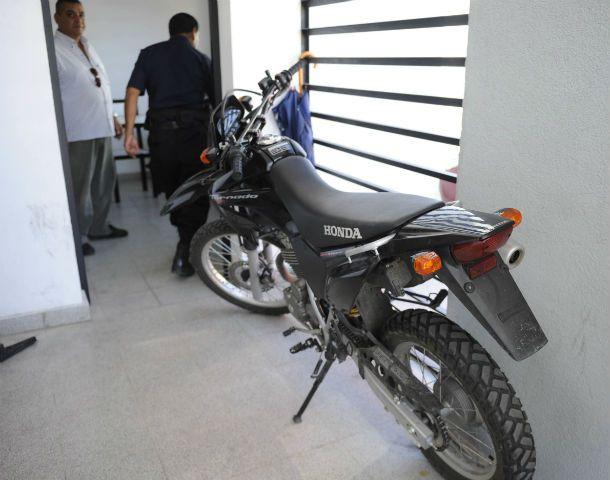 El rodado. La moto policial sin identificación fue recuperada en la 12ª.