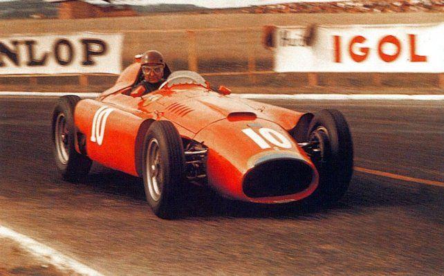 La estampa del Chueco Fangio en Ferrari. Un idilio que ni siquiera llegó a ser pero que le dio un título