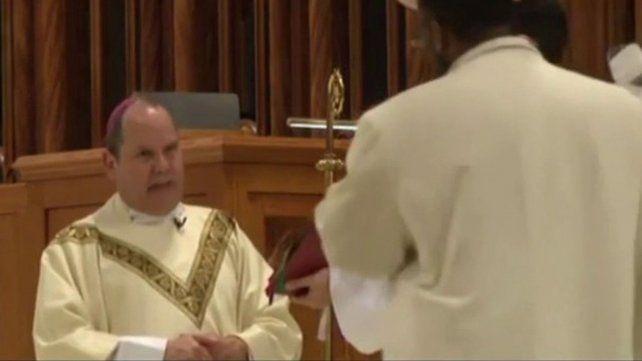 Brutal agresión a un obispo latino mientras daba misa en EEUU