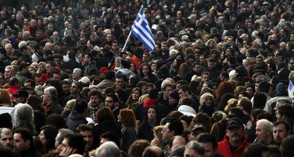 Manifestaciones y represión en Grecia mientras el Parlamento debate el ajuste