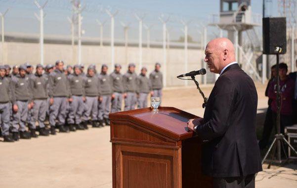 Bienvenida. El gobernador recibió a los 185 agentes que cuidarán el nuevo penal.