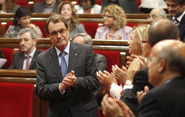 El presidente de la Generalitat aplaude en el Parlamento la aprobación de su iniciativa soberanista.