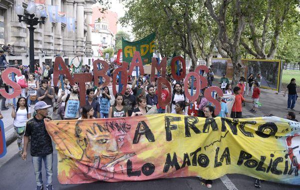 En la plaza. Los manifestantes acusan a la policía de matar a Franco.