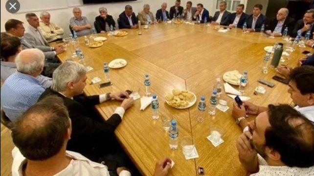 Todos a la mesa. Los dirigentes de los clubes de primera avalaron a Tapia