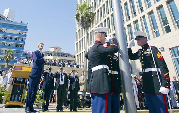 Tras más de cinco décadas. Marines izan la bandera de las barras y estrellas en la nueva embajada de EEUU.