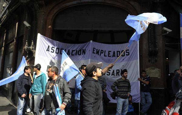 Empleados mercantiles protestan frente a Falabella por el cierre de domingos y feriados.