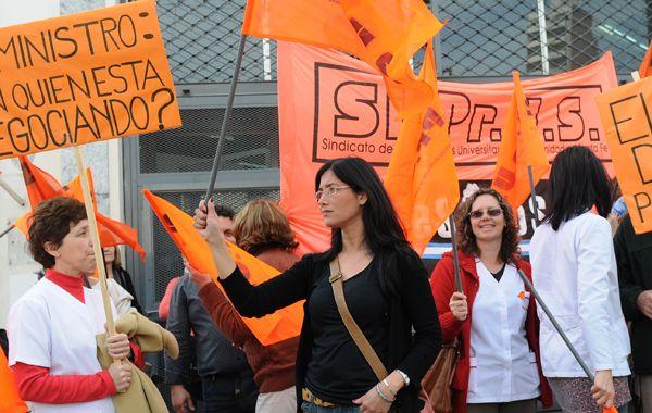Los profesionaes del Siprus llevaron su reclamo a las puertas del Ministerio de Trabajo. (Foto: E. Rodríguez Moreno)