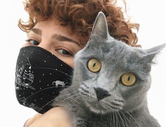 Orly Simbler es la creadora de la empresa que cuida gatos y gatas a domicilio Kittysitter