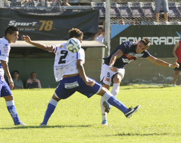 No quiso entrar. El delantero Gastón Silvani remata ante la marca de Greco.