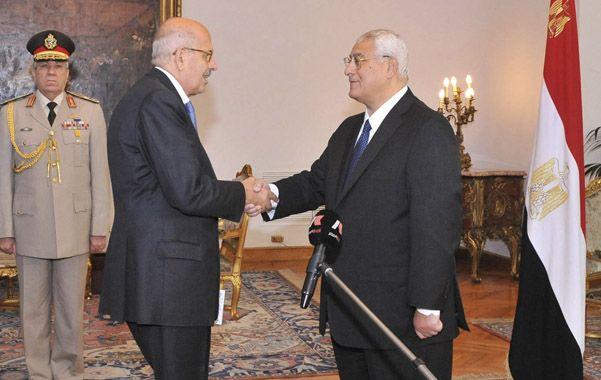 Nuevo poder. Mohamed El Baradei (izq.) juró ante el presidente Mansur