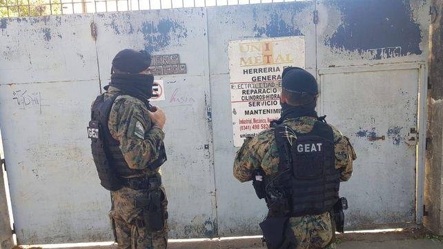 Los allanamientos seguían esta tarde en Villa Gobernador Gálvez.