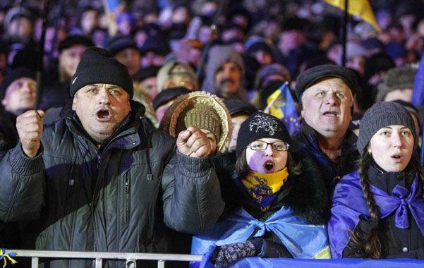 Movilizados. Los manifestantes ucranianos ayer a la noche seguían copando las calles de Kiev pese al frío.